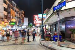 Oidentifierade turister som promenerar den Khao San vägen på natten, den mest berömda gatan i Bangkok Arkivfoto
