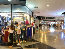 Oidentifierade turister som shoppar kläder på den fackliga gallerian Royaltyfri Foto