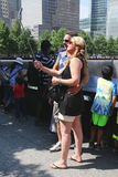 Oidentifierade turister som tar selfie på minnesmärken för medborgare 911 på ground zero Royaltyfria Bilder