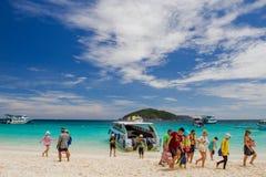 Oidentifierade turister tycker om stranden Arkivbild