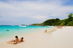 Oidentifierade turister tycker om stranden Arkivfoton