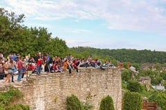 Oidentifierade turister väntar på festival av luftballonger med en årlig show för ballongflygande i Kamianets-Podilskyi royaltyfria bilder