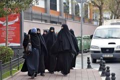 Oidentifierade turkiska kvinnor i traditionella islamiska kläder på gatorna av staden Arkivbild