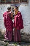 Oidentifierade unga tibetana munkar i borggården av den Mindroling kloster - Zhanang County, Shannan prefektur, Tibet arkivbild