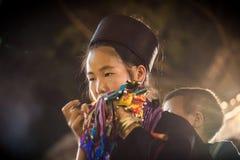 Oidentifierat bära för den Hmong flickan behandla som ett barn i Sapa, Lao Cai, Vietnam Royaltyfri Fotografi