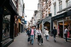 Oidentifierat folk i kommersiell gata i stadsmitten av royaltyfria foton