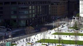 Oidentifierat folk i plazaen framme av den Tokyo stationen, Tokyo, Japan lager videofilmer