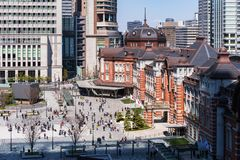 Oidentifierat folk i plazaen framme av den Tokyo stationen, Tokyo, Japan fotografering för bildbyråer