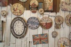 Oidentifierat shoppa är dekorerar inre av shoppa med många klockor Royaltyfria Foton