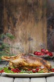 Oie cuite au four sur la table en bois Images stock