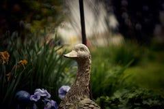 Oie en céramique dans le jardin d'agrément Photographie stock