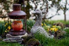Oie en céramique dans le jardin d'agrément Photo libre de droits