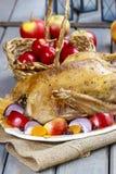 Oie rôtie avec des pommes et légumes sur la table en bois Photo libre de droits