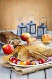 Oie rôtie avec des pommes et légumes sur la table en bois Images stock