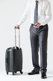 Oigenkännlig affärsman med en mobiltelefon och en resväska Arkivbilder