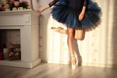 Oigenkännlig ballerina i solljus i hemmiljö Balettbegrepp blå ballerinakjol arkivbild