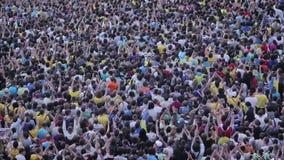 Oigenkännlig folkmassa av den hållande ögonen på händelsen för folk (fotboll, fotbollfans, konserten) stock video