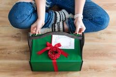 Oigenkännlig gåva för kvinnaöppningsjul hemma lycklig ferievinter Royaltyfri Bild