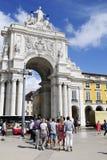 Oigenkännlig grupp av turister - Triumph båge, Lissabon Arkivfoton