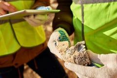 Oigenkännlig gruvarbetare Holding Chunk av mineral arkivfoton