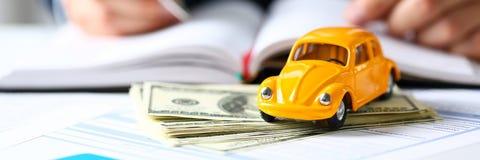 Oigenkännlig gul bil på att sälja dokument royaltyfri bild