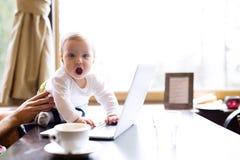 Oigenkännlig man i kafét som har kaffe som rymmer hans son Royaltyfri Bild