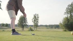 Oigenkännlig man som spelar golf på golfbanan Begreppet av rekreation och sportar utomhus stock video