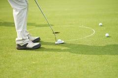 Oigenkännlig man som spelar golf som sätter på gräsplan Royaltyfri Foto
