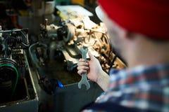 Oigenkännlig mekaniker Holding Wrench royaltyfria foton