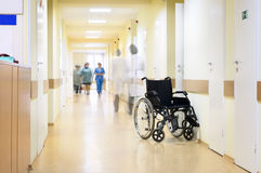oigenkännlig rullstol för sjukhusfolk Arkivbild
