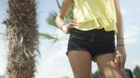 Oigenkännlig sexig flicka som poserar på den tropiska stranden Royaltyfria Foton
