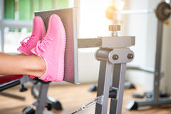 Oigenkännlig ung löpare för kondition som binder hennes skosnöre studio Arkivfoto