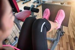 Oigenkännlig ung löpare för kondition som binder hennes skosnöre studio Arkivbild