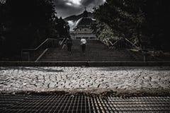 Oigenkännliga kvinnor som går upp trappa i gammal stad royaltyfri bild