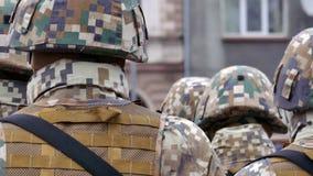 Oigenkännligt bildande av soldater från baksida stock video