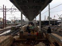 Oigenkännligt folk Konstruktion av en modern järnväg fotografering för bildbyråer