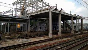 Oigenkännligt folk Konstruktion av en modern järnväg royaltyfri bild
