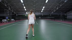 Oigenkännligt idrottskvinnaanseende på tennisbanan och spelamatch lager videofilmer