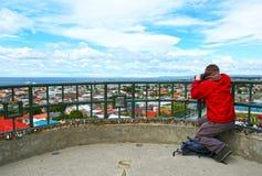 Oigenkännligt turist- tagande foto av den sceniska sikten av Punta Arenas, Chile Magellan strait patagonia royaltyfria foton