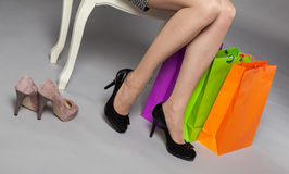 Oigenkännlig ung kvinna som väljer nya skor Fotografering för Bildbyråer