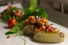Oignon bourré des légumes frais d'un plat blanc Photographie stock libre de droits