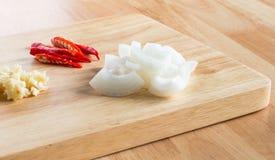 Oignon coupé, ail et piments coupés en tranches Photographie stock libre de droits