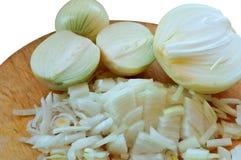 Oignon coupé en tranches dans de demi anneaux et bandes, oignons coupés en tranches, oignons épluchés et coupés en tranches pour  Image stock