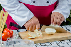 Oignon coupé en tranches par chef Images stock