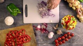 Oignon coupé en tranches pour assaisonner des pâtes clips vidéos