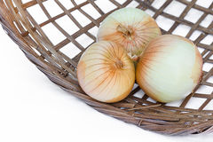 Oignon dans le panier en bambou Image stock