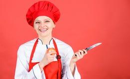 Oignon de tranche et de côtelette Souffrez mais continuer à faire Yeux et larmes piquants coupant des oignons Cuisinier de chef é image stock