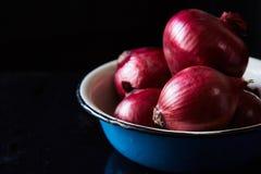 Oignon espagnol rouge sur la cuvette de cru photo libre de droits