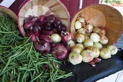 Oignon et haricots verts sur un marché Images stock