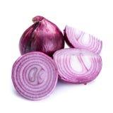 Oignon frais coupé en tranches et oignon mûr sur le fond blanc Image stock